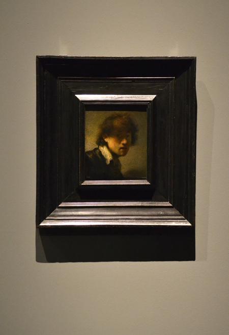 Rembrandt igazi szelfikirály volt. Több mint 70 önarcképet festett. Ez az egyik legkorábbi. Ebben az időben az arckifejezéseket tanulmányozta és ehhez önmaga volt a modell. Vágott egy pofát és megfestette.