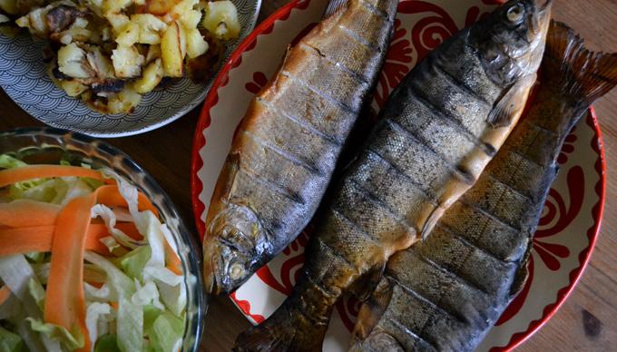 Boldog Füstölt Pisztráng házi tartármártással, friss salátával és hagymás krumplival (Fotó: Myreille)