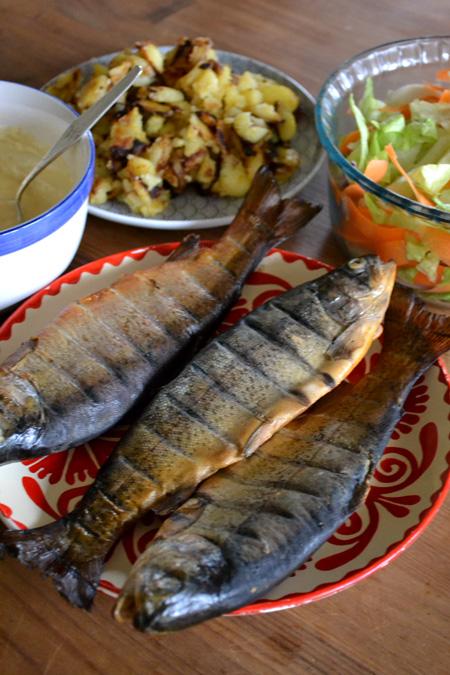 Háromféle köret: házi tartármártás, hagymás krumpli és ropogós saláta (Fotó: Myreille)
