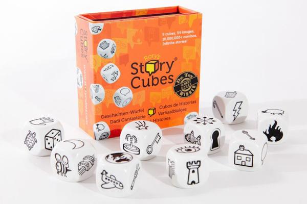 """Többfajta Story Cubes kapható, ám mindegyikben kilenc kocka van, a kockák oldalán pedig különböző rajzok. Mindenki dob, majd a kockák alapján elmesél egy történetet. Nincs rossz megoldás és """"beszélteti"""" a gyerekeket."""