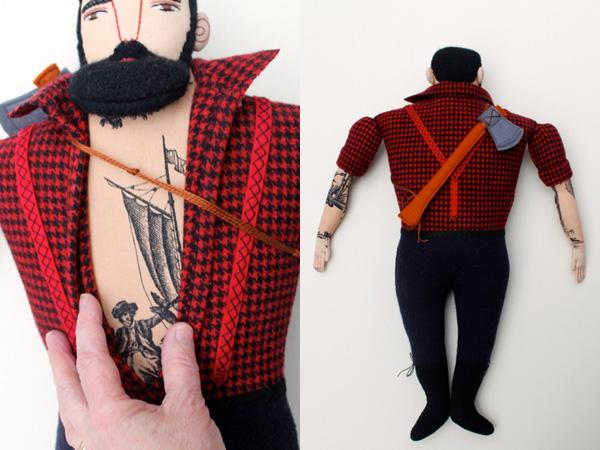 Mellkasán tetoválás, hátán fejsze... /Design: Mimi Kirchner