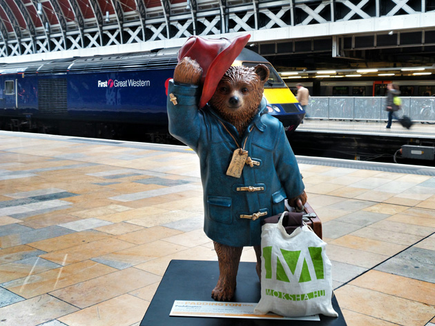 A medve, akit Paddingtonnak hívtak és a moksha-táska a londoni Paddington pályaudvaron