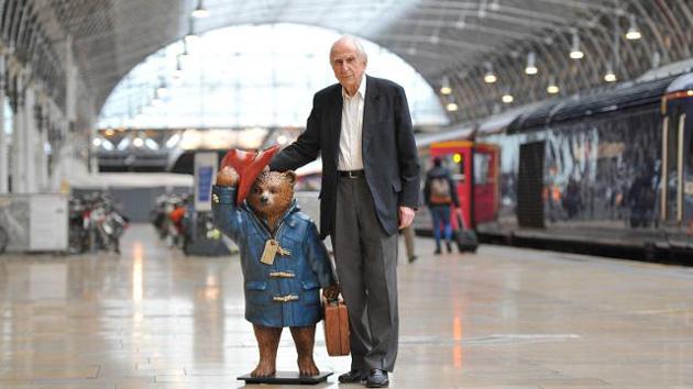 Michael Bond és Paddington a Paddington állomáson. Fotó: visitlondon.com - Jon Furniss