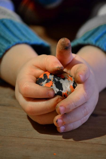 Kétévesem először morzsásra dörzsölte, majd labdává tekergette. - Snowman FUN/Lush (Fotó: Myreille)
