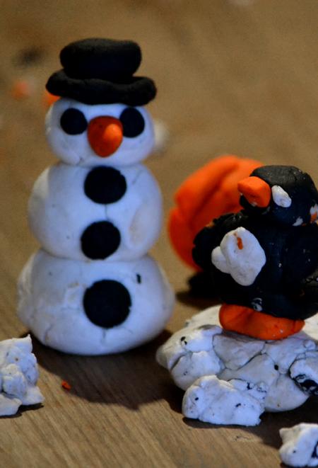 A hóember és a pingvin, háttérben egy narancssárga csiga.  - Snowman FUN/Lush (Fotó: Myreille)
