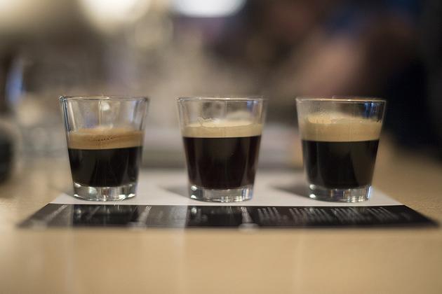 A crema réteg és a kávé kóstolása