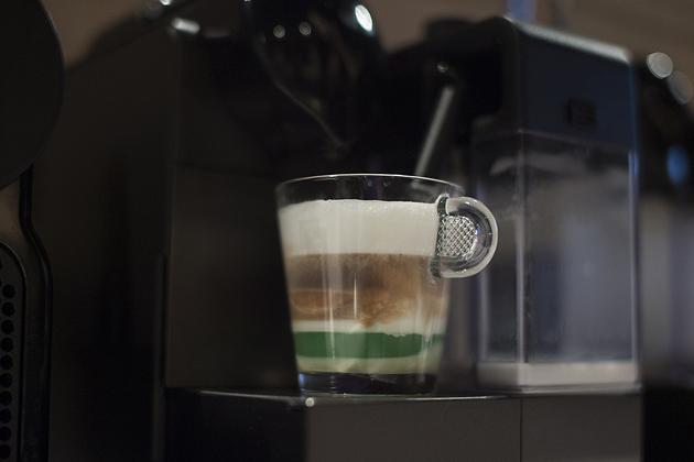 Ötórai kávészünet: koffeinmentes kávéból készült kávékülönlegesség: pisztáciás-tejhabos. (Nyami!)