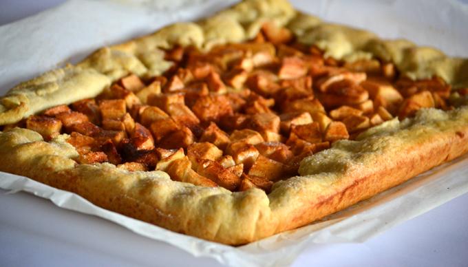 Sok fahéjas alma, finom tészta, azaz elronthatatlan, rusztikus almás pite (Fotó: Myreille)