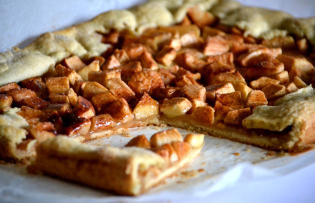 Szinte semmi se tartja az almákat a tésztán csak a cukros, karamelles-fahéjas szirup. De nem kell aggódni, lehet szeletelni és szépen tányérra tenni. (Fotó: Myreille)