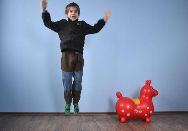 Ugráló gyerek az új nadrágjában (Fotó: Myreille)