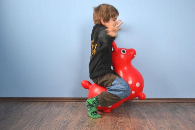 És oldalról is jól néz ki. A gyerek is, a Rody ló is és a nadrág is... (Fotó: Myreille)