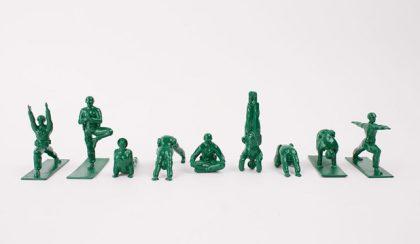 Belső béke: jógázó zöld játékkatonák