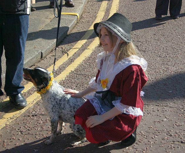 A kislányok ilyenkor gyakran öltöznek hagyományos viseletbe, jellegzetes walesi kalappal (Fotó: Vidra)