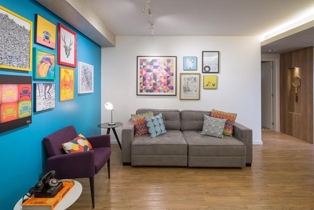 """A kényelem győzött a dizájn felett. A kanapé puha, hívogató. A türkizkék fal a kevés sárgával - ami majd később is feltűnik a lakásban és a """"csipetnyi"""" pirossal, intenzív, inspiráló. (Fotó: archdaily.com.br - Joana França)"""