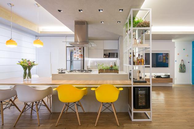 """Más lett a konyha elosztása és a mosógépeket se itt helyezték el végül. Nem lett sárga a hűtő sem, de a """"szükséges sárgát"""" két szék hozza. Így is tökéletesek az arányok. (Fotó: archdaily.com.br - Joana França)"""