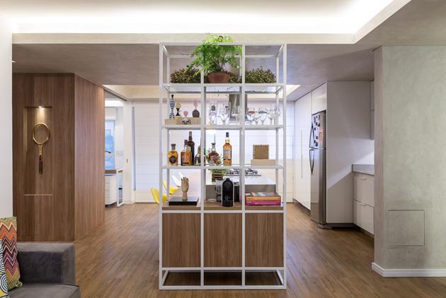 A nappaliból nem is látszik a konyha, viszont a természetes fény beömlik az ablakokon és a térelválaszton át. (Fotó: archdaily.com.br - Joana França)