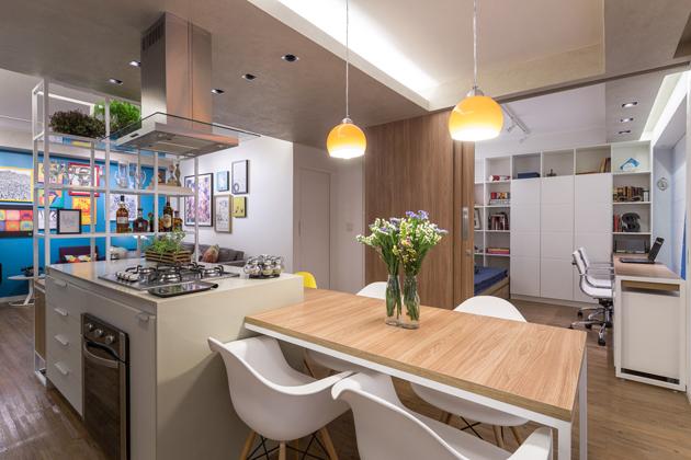 Minden tökéletesen, centiméterre kiszámított. A dolgozó nyitott ajtaja megnövel a konyha terét, ám a mozgatható falakkal szeparálható is. (Fotó: archdaily.com.br - Joana França)