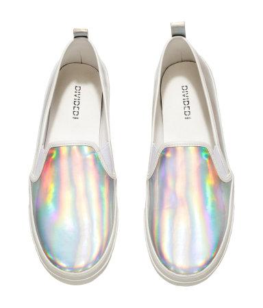 """Tavaly kezdte hódító útját a hologramos szivárványosság és most már egészen megszerettem. Virágmintás cipő helyett erre a nyárra bevállalnék egy ilyen """"fehér"""" cipőt./H&M"""