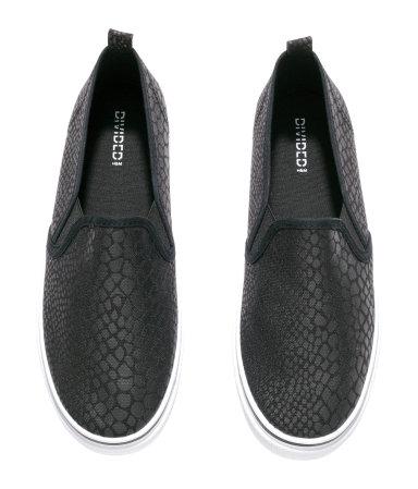 Kell egy fekete lótifuti cipő, a fekete-fehér levélmintás gatyámhoz, amit a tavaly év végi leárazáson vettem. Nem akarok egyszerfű fekete vászoncipőt. Először arra gondoltam, hogy lehetnének rajta szegecsek vagy csillámok, aztán megláttam ezt és nem is akarok tovább keresgélni./H&M