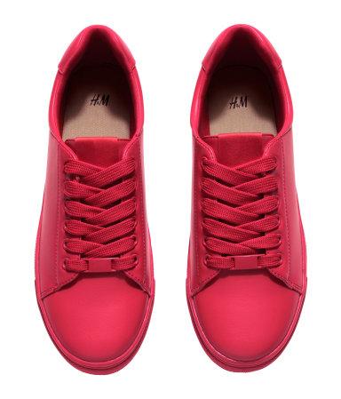Hetek, talán már hónapok óta nézegetem az edzőcipőket. Nike-t vagy Adidast szerettem volna, de az áron rendre elbuktak a vágyak. Össze kellene nézni ezt a piros cipőt a bőrkabátommal, de farmeres tavaszi szereléshez, szerintem, remek lenne./H&M
