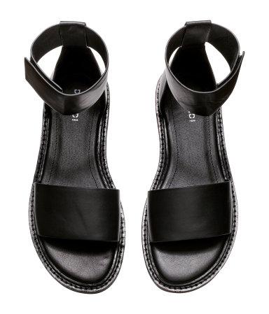 A fekete mindig jó választás és szeretem ezt az egyszerűséget./H&M