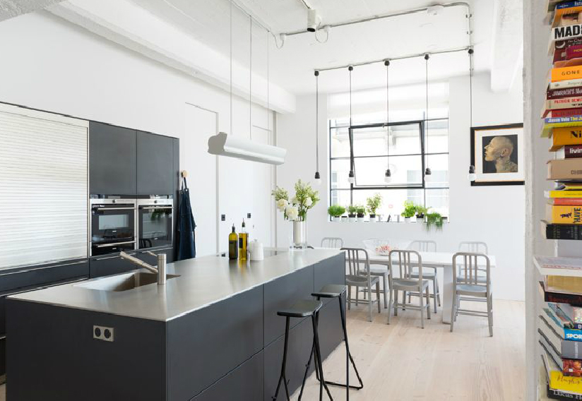 A konyha szürke blokkja egyetlen egység a hatalmas térben (fotó: cloudstudios.co.uk)