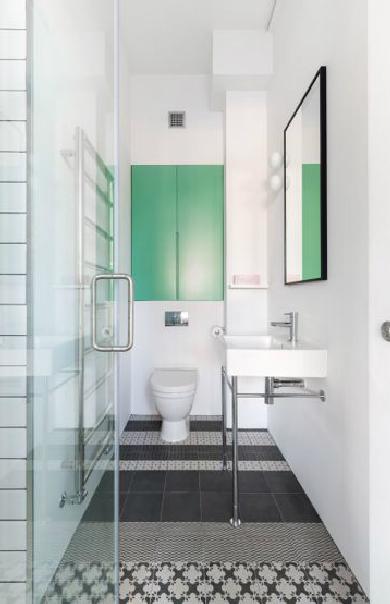 A fürdőben is az egyszerűségre törekedett a belsőépítész studió. Sok-sok fehér, némi fekete és egy-egy ütős szín. (fotó: cloudstudios.co.uk)