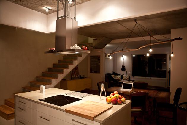 """Innen lehet igazán jól látni, hogy a konyha  álmennyezeti része csupán """"felső faldarab"""" ám konyhaszigeten kívül ez blokkosítja és szeparálja a konyhát./Fotó: mode:lina architekci"""