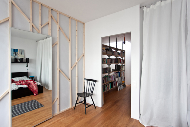 A szülői háló fala szintén erdő hatást kelt, pedig csak néhány jól felcsavarozott léc./Fotó: mode:lina architekci