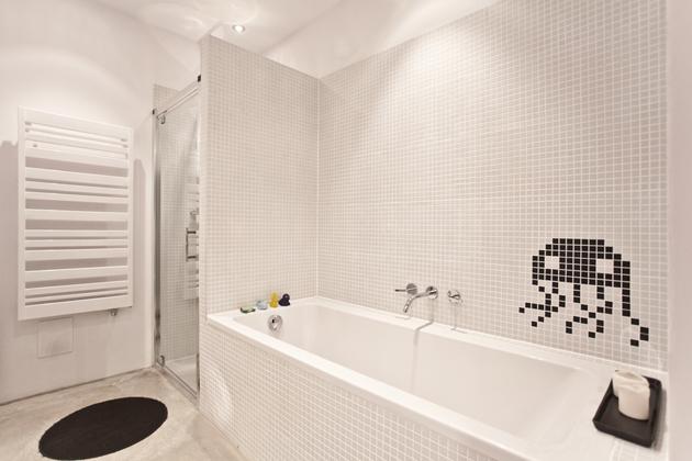 Újabb bizonyíték arra, hogy a fehér mozaikcsempével nem lehet hibázni, mindig gyönyörű. A medúzaszerű lény pedig vicces./Fotó: mode:lina architekci