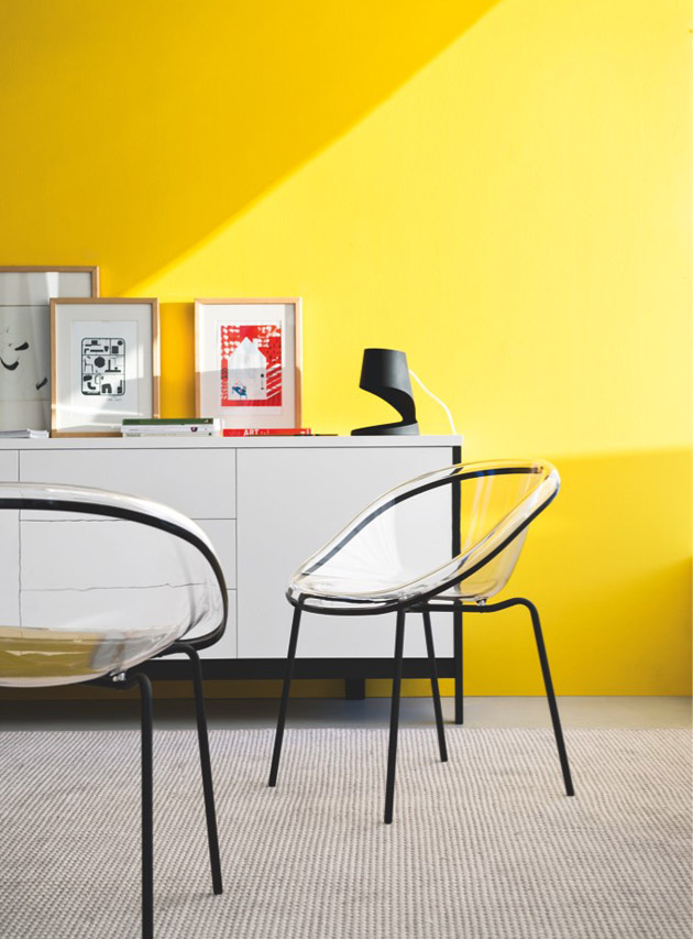 2. Fesd sárgára a falat, de ne az egész szobát, hanem csak egy falat és légies, fehér bútorokat válassz hozzá. - Callgaris székek és szekrény a The Showroomtól.
