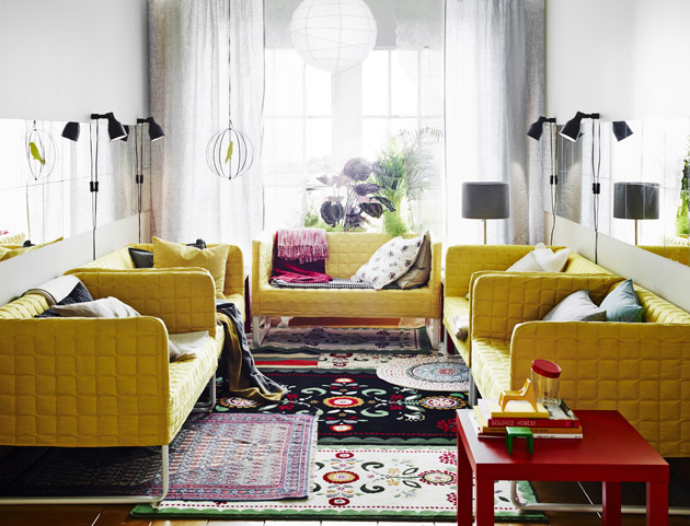 8. Íme a bizonyíték, hogy a sárga nem csak a retro és a minimál színe, hanem az eklektikáé is. Bátor, életteli kombinációk sárga-piros-lila párosításokkal. - Sárga kanapék az IKEA-tól.