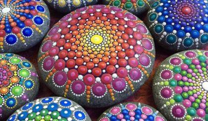 Elkapott végtelen: kavicsokra festett mandalák