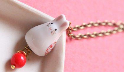 Húsvét: porcelán nyulacska a fülben
