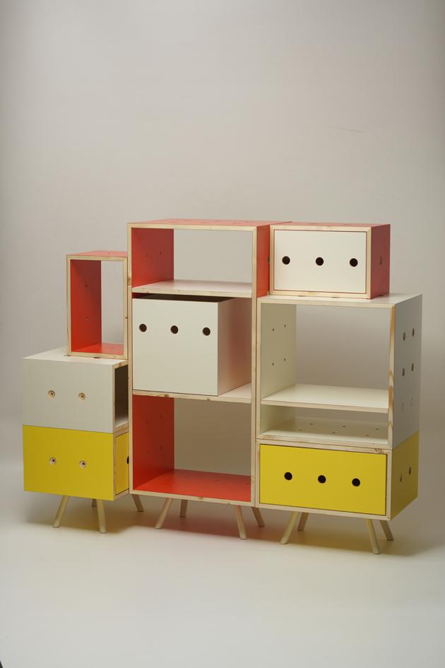 """""""A moduláris tároló rendszer, amelyet saját elképzeléseid szerint állíthatsz össze, négy különböző méretű tárolóból, és a hozzájuk tartozó polcokból, valamint fiókokból áll. A tárolók felületén bemarások találhatók, az ezekbe illeszthető polctartó és összekötő elemek, illetve lábak, áthelyezésével a bútor bármikor könnyedén átalakítható. A széles variációs lehetőségeknek köszönhetően számtalan stílus valósítható meg."""" - Tervező: Ördögh Rita Anna - Fotó: downloaddesign.hu"""