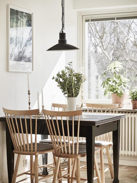 A sötét asztal mellett a világos székek egyszerre elegánsak és dizájnosak, miközben egyik bútor sem dizájn bútor. (Fotó: stadshem.se)