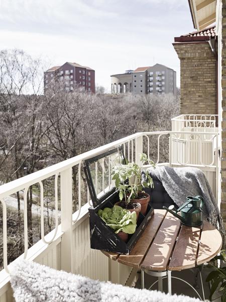 A lakáshoz tartozik egy apró erkély is, amelyen egy kis azstal és két szék fér el. (Fotó: stadshem.se)