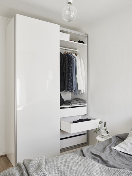A fehér falba beleolvadnak a fehér bútorok, ettől is szellősebb a tér. (Fotó: stadshem.se)