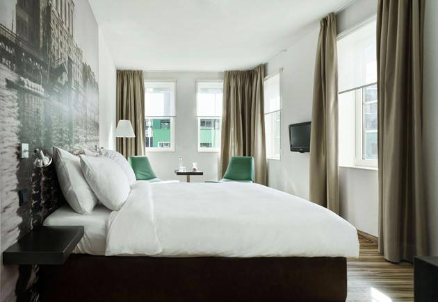 Tudom, kissé elcsépelt, hogy a kevesebb néha több, de ebben a szobában nem csak pár éjszakát tudnék eltölteni, hanem minden éjszaka. De szállodában nem szívesen élnék, inkább a saját hálószobámat szeretném ilyen hangulatúra.