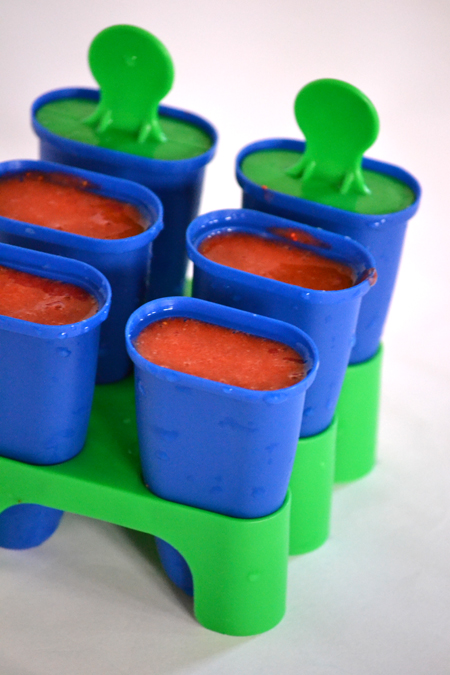 Az eperfagyi trükkje az, hogy nincs trükkje. A megmosott, megtisztított epret megszórom cukorral (60 dkg-hoz 2 evőkanálnyit szoktam tenni), botmixerrel pürésítem, megkóstolom - picit édesebbnek kell lennie, mint ahogy finom - és mehet is a formába és a fagyasztóba 8 órára. (Fotó: Myreille)
