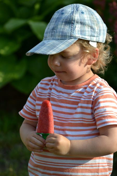 Dani, mint kezdő fotómodell élvezte a dolgot, hogy eperfagyival pózolhat. (Fotó: Myreille)