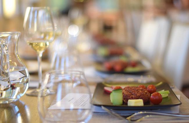 Tatár beefsteak vajjal, friss zöldségekkel és ropogós gyökérkenyérrel a Miele Főzőiskolában/Fotó: Panyi Zsuzsi