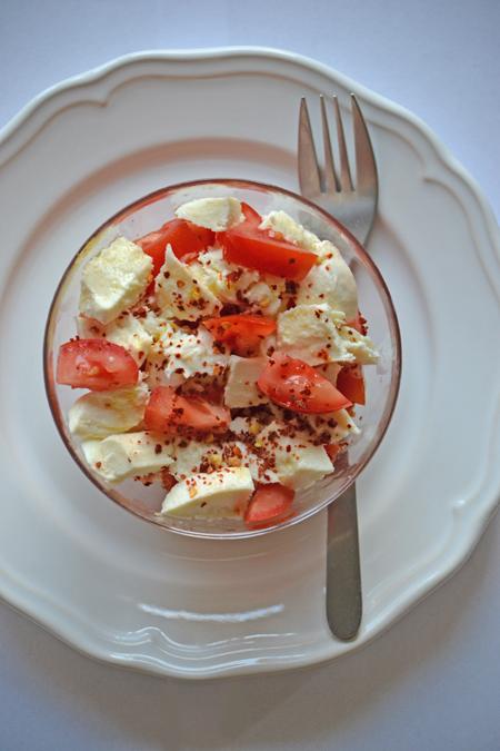 A chili és az olíva olaj miatt van vastagsága, a mozzarellától krémes, a paradicsomtól pedig harsogóan nyári. (Fotó: Myreille)