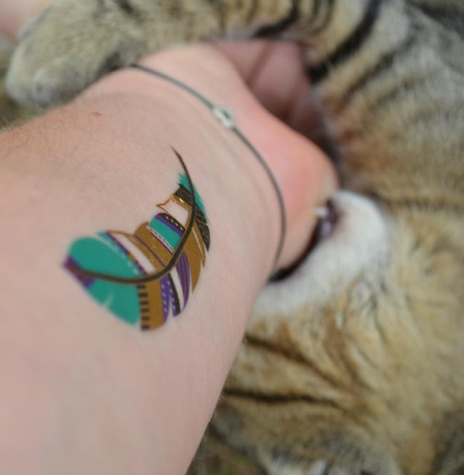 Próbáltam rávenni a macskát, hogy csináljuk egy cuki képet, amin jól látszik a tetkóm és a cica. Végül kompromisszumot kötöttünk.../Fotó: Myreille
