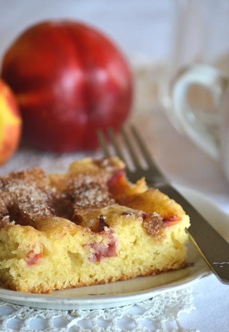 A süti készülhet sárgabarackkal, fejtett meggyel és szilvával is. A süti tetejére kerülhet a mazsolán kívül vagy helyett szeletelt mandula, durvára vágott dió, mogyoró./Fotó: Myreille