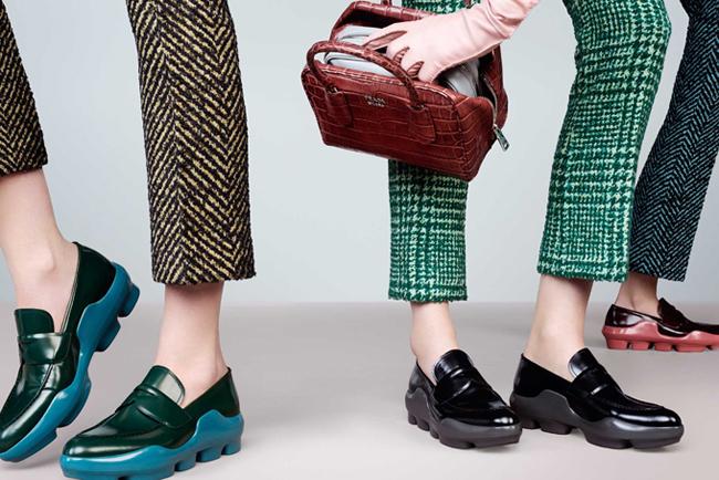 Első pillantásra ezek a cipők rondák. Másodikra is ugyanolyan rondák, de ahogy így percek óta nézegetem a csúfságukban találok valami szépséget. Pénzt nem adnék értük, de ha hozzám vágnák, találnék rá alkalmat, hogy felvegyem. - Prada FW 2015