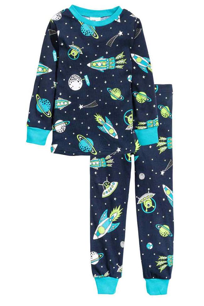 Elsősorban Daninak kerestem pizsamát a kórházi időszakra, de annyira jókat találtam, hogy Zsombinak is vettem. Először star wars-os, szupermenes mintával kerestem pizsamát, de amikor megláttam ezt az űrlényes-űrhajós kéket, nem volt több kérdés, ráadásul a minták világítanak a sötétben. Tehát az esti lefekvés úgy néz ki, hogy a gyerekek kiállnak a lámpára, hogy feltöltsék magukat, majd elvonulnak aludni és fejükre húzzák a takarót... H&M, 3 490 Ft