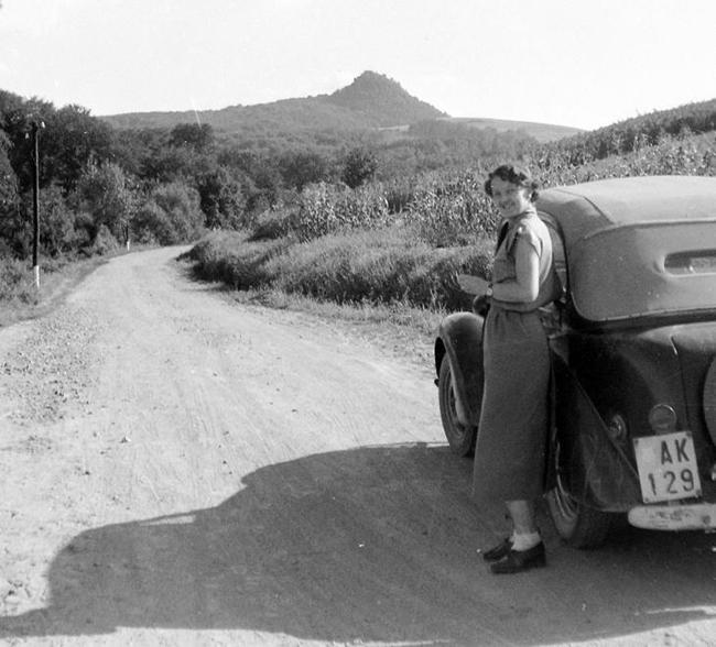 Utazás, autó, nő. Szinte mindenkinek van hasonló képe. Dátum: 1953 Fotó: Fortepan