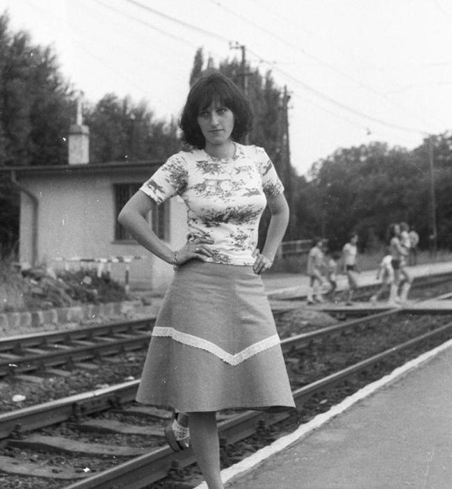 Gyerekkoromból ezekre a ruhákra, frizurákra emlékszem, de ismerős az az érzés is, amikor az ember lánya felveszi a legjobb ruháját a fotózás kedvéért. Dátum: 1978 Fotó: Fortepan