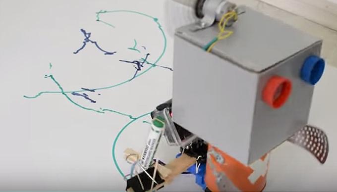 """Rajzoló robot Szertár logóval a """"hasán""""!"""